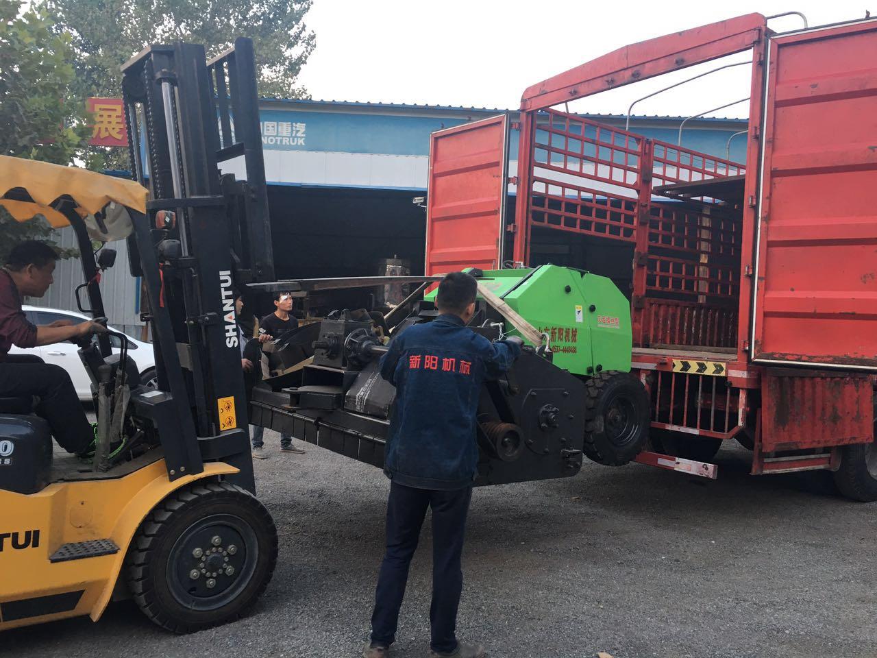 玉米秸秆粉碎打捆收集机工作场景-- 曲阜鑫联重工机械制造有限公司